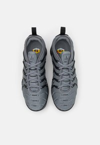Nike Sportswear - AIR VAPORMAX PLUS UNISEX - Zapatillas - cool grey/black - 3