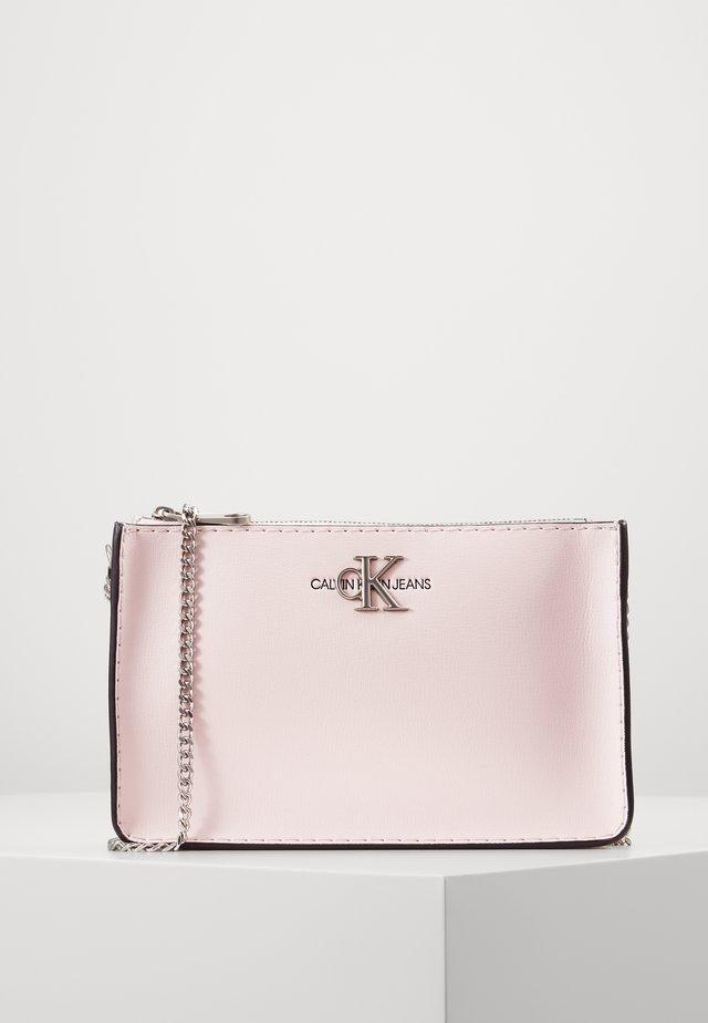 CROSSBODY CHAIN - Taška spříčným popruhem - pink