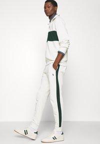 Polo Ralph Lauren - LOOPBACK TERRY PANT ATHLETIC - Pantaloni sportivi - chic cream/college green - 5