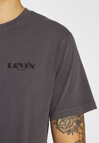 Levi's® - RELAXED FIT TEE UNISEX - T-shirt print - anthracite/black - 5
