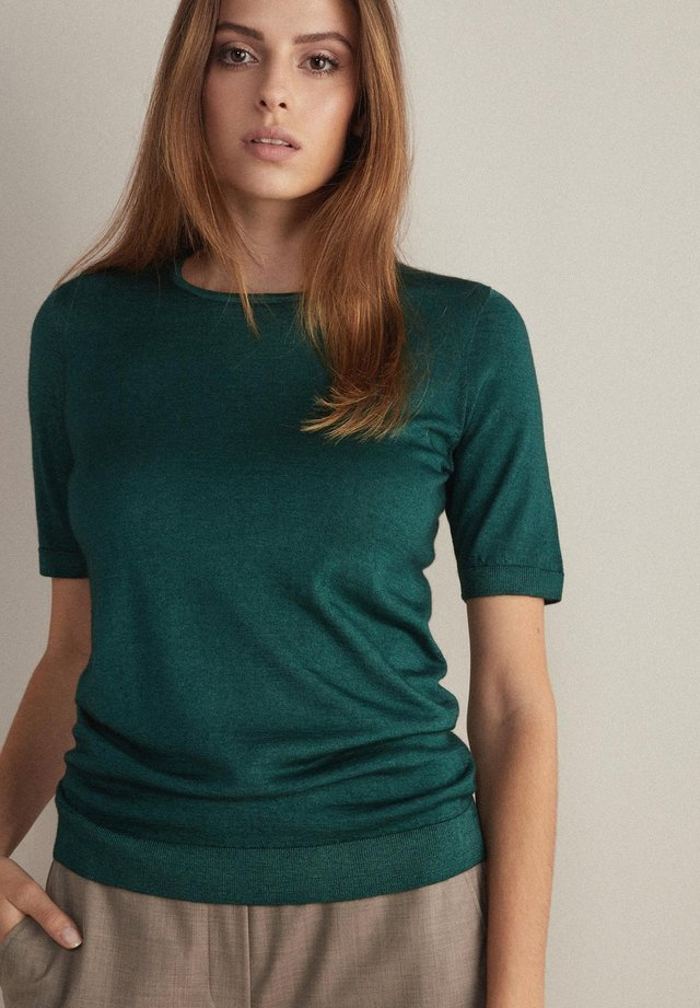 Basic T-shirt - grün  - verde pino