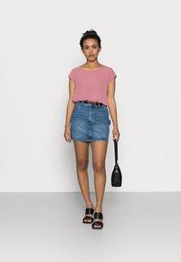 ONLY Petite - ONLROSE LIFE ASHAPE - Mini skirt - medium blue denim - 1