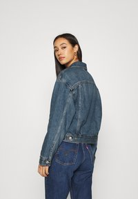 Levi's® - NEW HERITAGE TRUCKER - Denim jacket - blue denim - 2