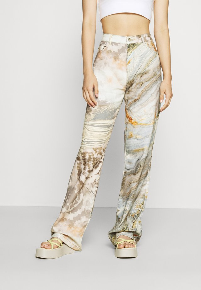 SLOUCHY BOYFRIEND FIT HALF MARBLE PRINT HALF VINTAGE - Relaxed fit -farkut - brown/ beige/ blue multi
