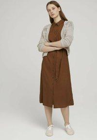 TOM TAILOR DENIM - MIT GÜRTEL - Shirt dress - amber brown - 1
