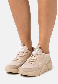 Bullboxer - Sneakersy niskie - light brown - 0