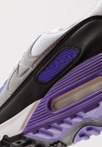 Nike Sportswear - AIR MAX 90 - Tenisky - white/particle grey/light smoke grey/black/hyper grape - 9