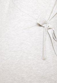 Pieces Maternity - PCMROSA WRAP LOUNGE  - Langærmede T-shirts - light grey melange - 2