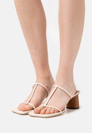 ERIN  - Pantofle na podpatku - ivory
