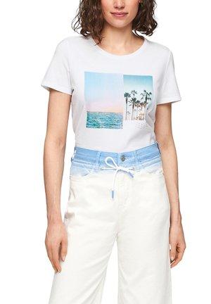 MIT SOMMERLICHEM DRUCK - Print T-shirt - white placed print
