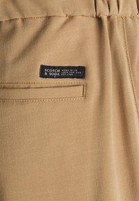 Scotch & Soda - SEASONAL FIT LIGHTWEIGHT CHINO WITH ELASTICATED WAISTBAND - Trousers - camel melange - 2