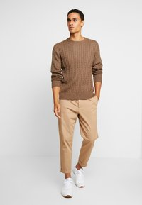 Tommy Hilfiger - CLASSIC CABLE CREW NECK - Stickad tröja - brown - 1
