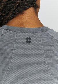Sweaty Betty - ATHLETE SEAMLESS WORKOUT - Sports shirt - charcoal grey - 5