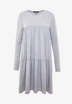 TIERED SMOCK DRESS - Žerzejové šaty - grey