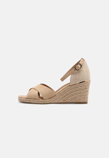 Sandály na klínu - almond