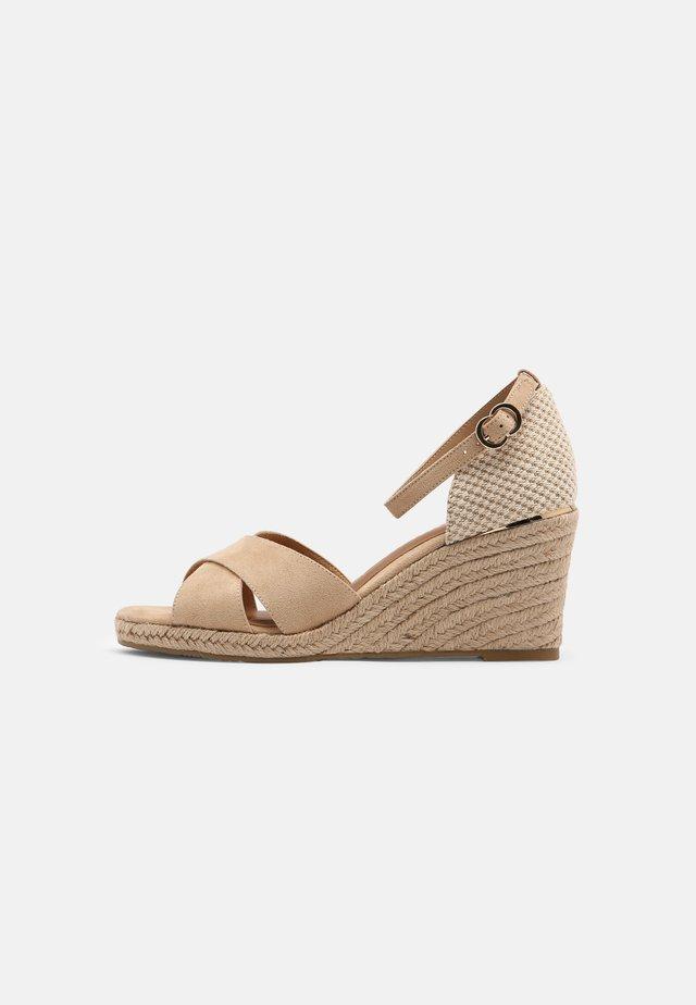 Sandalen met sleehak - almond