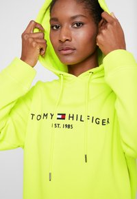 Tommy Hilfiger - HOODIE - Jersey con capucha - hyper yellow - 3