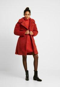 Ivyrevel - BELTED COAT - Płaszcz zimowy - burnt red - 1