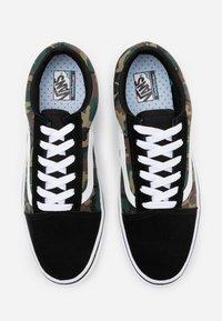 Vans - COMFYCUSH OLD SKOOL - Tenisky - black/true white - 3