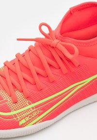Nike Performance - MERCURIAL 8 CLUB IC UNISEX - Halové fotbalové kopačky - bright crimson/metallic silver - 5