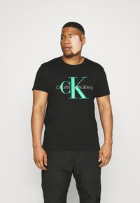 Calvin Klein Jeans Plus - SEASONAL MONOGRAM TEE - T-shirt con stampa - black/andean toucan - 0