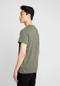 Timberland - STACK LOGO TEE - Print T-shirt - grape leaf - 2