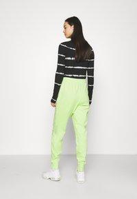 Nike Sportswear - WASH PANT - Pantalones deportivos - ghost green/black - 2