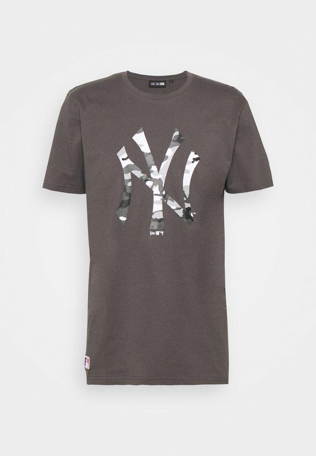 NEW YORK YANKEES MLB CAMO TEE - Klubové oblečení - grey
