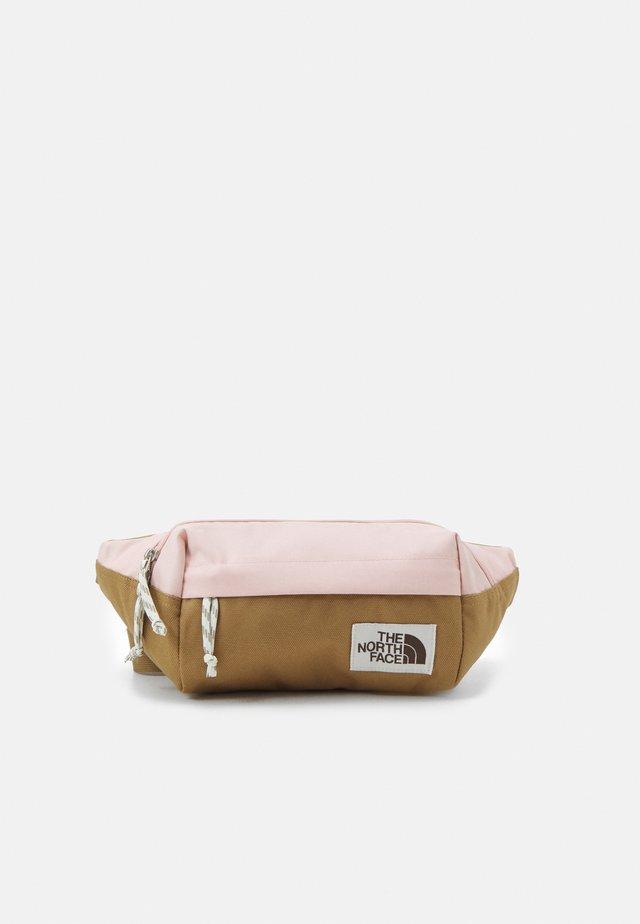 LUMBAR PACK - Ledvinka - brown/light pink