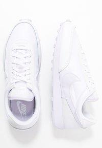 Nike Sportswear - DAYBREAK - Sneakers basse - white/barely grape - 3