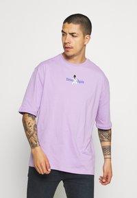 YOURTURN - OVERSIZE UNISEX - Print T-shirt - lilac - 0