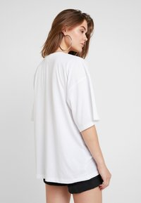 Missguided - DROP SHOULDER - Print T-shirt - white - 2