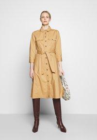 Pedro del Hierro - POPLIN DRESS WITH POCKETS - Kjole - light khaki - 1