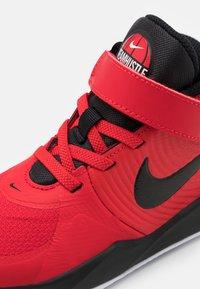 Nike Performance - TEAM HUSTLE D 9 FLYEASE UNISEX - Zapatillas de baloncesto - university red/black - 5