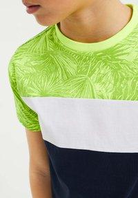 WE Fashion - MET COLOURBLOCK - Print T-shirt - yellow - 2