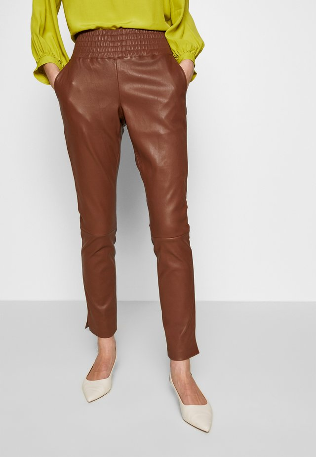 COLETTE - Pantalon en cuir - brown