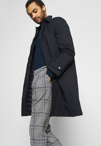 Scotch & Soda - BLAKE CLASSIC PLEATED STRUCTURED - Trousers - combo - 3