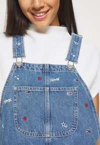 Tommy Jeans - CLASSIC DUNGAREE DRESS  - Denim dress - star critter blue rigid - 4