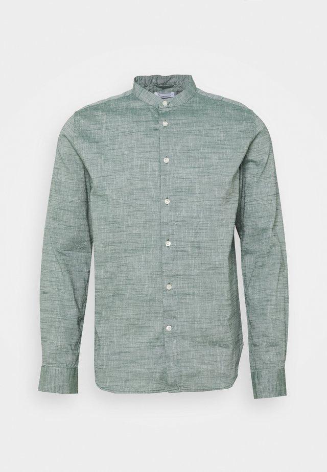 LARCH STAND COLLAR - Overhemd - pineneedle