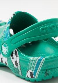 Crocs - CLASSIC SPORT BALL - Pool slides - deep green - 2