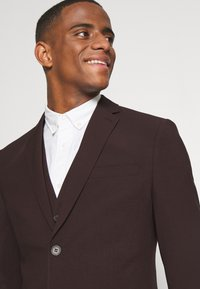 Isaac Dewhirst - THE FASHION SUIT 3 PIECE - Kostym - bordeaux - 8
