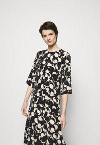 Marimekko - PEILAUS MURIKAT DRESS - Denní šaty - black/beige - 3