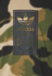adidas Originals - CAMO TONGUE - Triko spotiskem - wild pine/multicolor/black - 5
