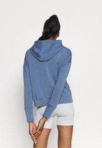 Under Armour - RIVAL TAPED HOODIE - Jersey con capucha - mineral blue