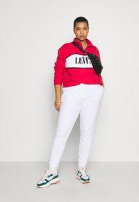 Levi's® Plus - LOGO - Collegepaita - brilliant red - 1