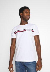 Tommy Hilfiger - CORP SPLIT TEE - T-shirt med print - white - 0