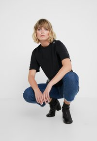 Bruuns Bazaar - LYNN ALBERTE  - Print T-shirt - black - 5