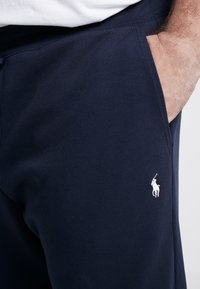 Polo Ralph Lauren Big & Tall - DOUBLE KNIT TECH - Pantaloni sportivi - aviator navy - 4