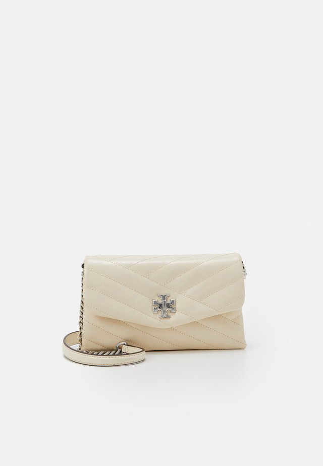 KIRA CHEVRON TEXTURED CHAIN WALLET - Across body bag - new cream