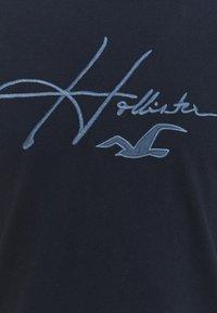Hollister Co. - TECH MICRO SCRIPT - T-shirt med print - navy macro - 2